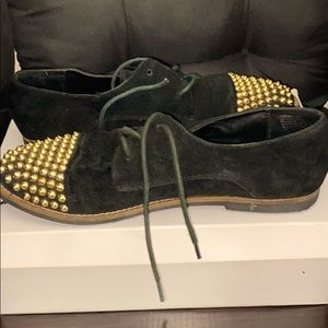 These are some cute black and gold flats/shoes!😊